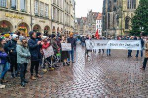 Mitglieder verschiedener Initiativen bei einer Demonstration in der Innenstadt. (Foto: Seebrücke Münster)