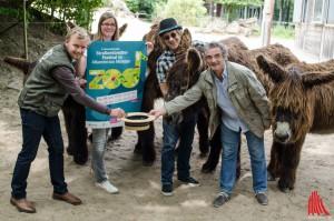 Geld im Hut tut Künstlern gut - die Organisatoren (v.l.:) Christoph Nientiedt und Stefanie Heeke (Allwetterzoo) sowie Steffi Stephan (Jovel) und Nicolas Leibel (CulturContor) wissen, dass sich jeder Künstler über eine kleine Spende freuen wird. (Foto: th)