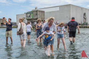 """Das Projekt """"On Water"""" von Ayşe Erkmen lockte heute schon viele Besucher an. (Foto: th)"""