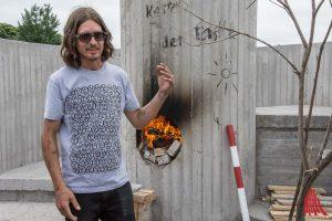 Wem die Kunstwerke der Skulptur Projekte gehören, wie das Feuergebäude von Oscar Tuazon am Kanal, ist nicht endgültig zu klären. (Archivbild: th)