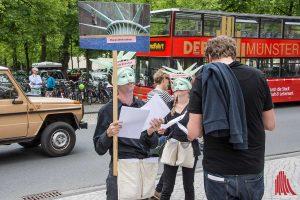 Ein protestierender Freundeskreis fordert die Befreiung der Lichtskulptur von Otto Piene von dem LWL-Logo. (Foto: th)