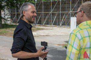 Der Künstler Christian Odzuck (li.) im Gespräch mit ALLES MÜNSTER Redakteur Ralf Clausen. (Foto: th)