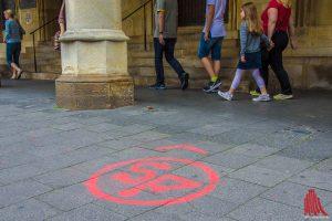 Bitte beachtet diese Zeichen auf dem Boden, sie führen euch zu den einzelnen Projekten. (Foto: th)