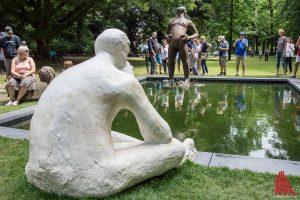 An dieser Figur der Skulptur Projekte tobten sich unbekannte Vandalen in der letzten Nacht aus. (Foto: th)