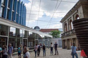 Das Künstlerteam CAMP hat das Theater Münster mit seiner Geschichte und seiner Umgebung verknüpft und dafür viele Kabel verwendet. (Foto: th)