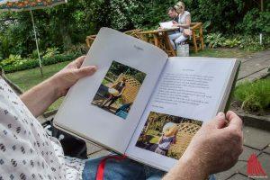 Es gibt viel zu blättern in den Tagebüchern, die von den Kleingartenvereinen in Münster für Jeremy Deller geführt wurden. (Foto: th)