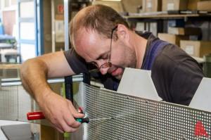Unter den Händen des erfahrenen Handwerkers Peter Böckelmann entsteht das Objekt. (Foto: th)