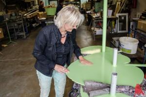 Das Objekt wird akribisch genau nach den Plänen der Künstlerin Silke Rehberg erstellt - vom Dach bis zum Bodenblatt. (Foto: th)
