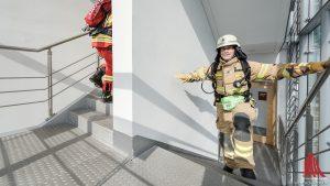 Bei der Firefighter-Wertung erklimmen die Feuerwehrleute die 18 Etagen in voller Montur und kompletter Ausrüstung. (Foto: wf / Weber)
