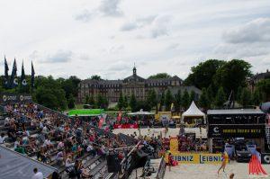 Am Wochenende wird auf dem Schlossplatz wieder Beachvolleyball gespielt. (Foto: sg)