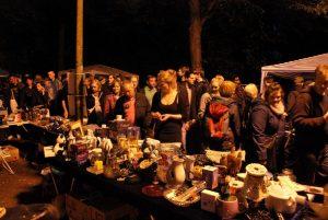 Stimmungsvolles Stöbern und Feilschen zwischen Schloss und Aasee: Der Sommernachtflohmarkt hat sein ganz eigenes Flair. (Foto: Halle Münsterland)