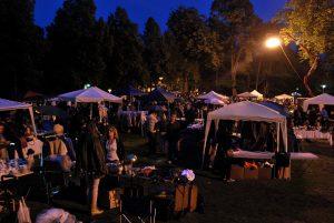 Stimmungsvolles Stöbern und Feilschen zwischen Schloss und Aasee: Der Sommernachtflohmarkt hat sein ganz eigenes Flair. (Foto: MCC Halle Münsterland)
