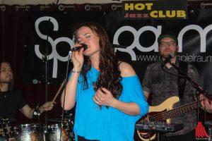 """Ganz im Fokus der Band """"Spielraum"""" ist Sängerin Hanna Kamp. (Foto: bk)"""