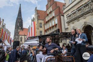 Musiker Benjamin Blitz mit den Antenne Münster Moderatoren Anja Bruckner und Christoph Hausdorf. (Foto: Thomas Hölscher)