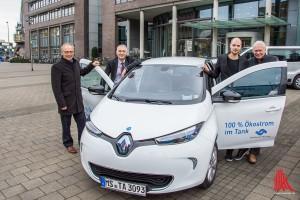 (v.l.:) Reinhard Schulte, Dr. Henning Müller-Tengelmann (Stadtwerke) und Till und Robert Ammann (Stadtteilauto) setzen auf ein gemeinsames Konzept. (Foto: th)