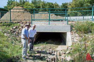 Michael Grimm (li.) und Gerd Rüller vom Tiefbauamt zeigen den neuen Unterlauf am Canisiusgraben. (Foto: Thomas Hölscher)