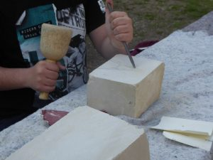 Beim Workshop am Hawerkamp können Kinder selbst Steinbildhauer werden und echten Baumberger Sandstein bearbeiten. (Foto: Kilian Ziebarth)