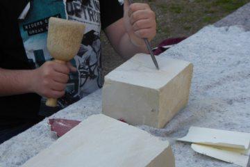 Beim Workshop am Hawerkamp könnt ihr selbst Steinbildhauer werden und echten Baumberger Sandstein bearbeiten. (Foto: Kilian Ziebarth)