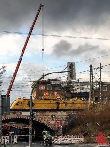 An der Bahnunterführung Hafenstraße dauern die Aufräumarbeiten an. (Foto: cabe)