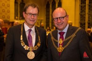 Dr. Johannes Bruns (Oberbürgermeister von Mühlhausen) (li.) trug sich im Friedenssaal in das Goldene Buch der Stadt ein und nahm einen Schluck aus dem Goldenen Hahn. (Foto: cabe)