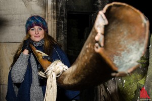 Halbstündlich zwischen 9 und 12 Uhr abends tutet Martje Saljé mit dem historischen Kupfer-Horn. (Foto: th)