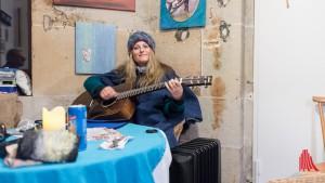 Wie viele ihrer Amtsvorgänger nutzt Martje Saljé die Abgeschiedenheit der Türmerstube gerne zum Musizieren. (Foto: wf / Weber)