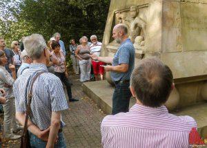 Michael Bieber erläutert das Dreizehner-Denkmal an der Promenade am Tag des offenen Denkmals. (Foto: rc)