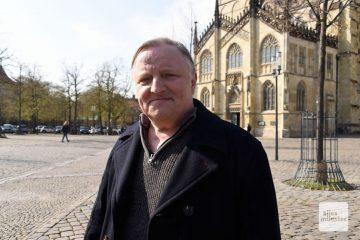 """Axel Prahl dreht für den neuen Münster-Tatort auf dem Domplatz, denn in der Folge """"Lakritz"""" geht es auch um den Wochenmarkt dort. (Foto: Michael Bührke)"""