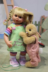 Eine perfekte Kombination: Puppe und Stofftier. Beim PUPPENfrühling und auf der TEDDYBÄR TOTAL finden beide ihren Platz. (Foto: Veranstalter)