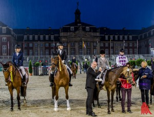 Oberbürgermeister Markus Lewe gratuliert den Siegern vor der historischen Schlosskulisse. (Foto: th)