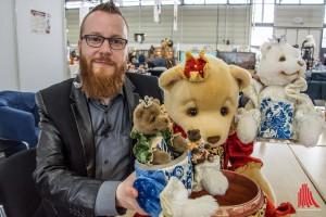 Veranstalter Marquardt mit dem russischen Matroschka-Teddy. (Foto: th)
