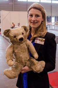Sarah Holmes von Merrythought zeigt den ersten Bären, der in der Manufaktur vor 85 Jahren gefertigt wurde. (Foto: th)