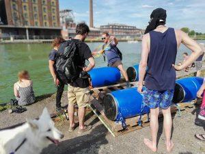 Die Flöße für die Treibgut-Konzerte werden in Eigenregie im Hafen gebaut. (Foto: Karina Tolentino)