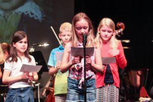 Kinder lesen im Stadttheater aus der Vita von Ludwig van Beethoven. (Foto: bk)