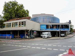 Was jetzt noch wie eine Baustelle aussieht, soll am kommenden Samstag zum Theaterfest fertig sein: die neue Theaterkasse. (Foto: rc)