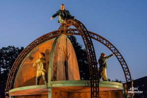 """Die Welt der drei Darsteller von """"Upside Down"""" sieht aus wie ein rotierender Globus. (Foto: Thomas Hölscher)"""