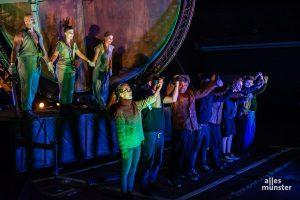 Nach anderthalb Jahren der coronabedingten Zwangspause erfreute sich die Truppe von Theater Titanick am herzlichen Applaus des Premierenpublikums. (Foto: Thomas Hölscher)