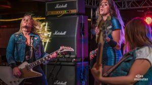 So kennen wir sie: Die Musikerinnen lieferten auf der Bühne musikalisches Donnerwetter. (Foto: Thomas M. Weber)
