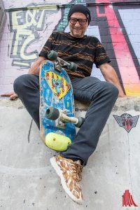 Titus Dittmann mit seinem (dem damals europaweit einzigen) Half-Pipe-Skateboard. Heute geht er es allerdings etwas entspannter an. (Foto: th)
