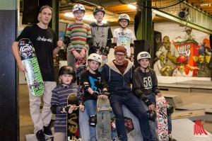 """Skateboard-Pionier Titus Dittmann (vorne, 2.v.r.) und Coach Ali Krick (li.) bieten mit dem Projekt """"Skaten statt Ritalin"""" eine echte Alternative für Kids mit ADHS. (Foto: th)"""