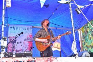 Jo beim Auftritt bei Treibgut im Hafen. (Foto: Tessa-Viola Kloep)