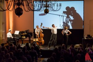 """Manchmal sang auch der Zeichner Robert Nippoldt, hier den Klassiker """"Mein Bruder macht beim Tonfilm die Geräusche. (Foto: cf)"""
