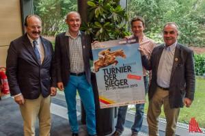 Springreiter Toni Hassmann (2.v.r) und die Organisatoren (v.l.) Robert Hönke, Michael Klimke und Hendrik Snoek versprechen hochklassigen Pferdesport. (Foto: th)