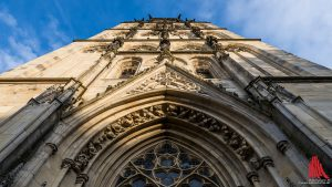 Aufgrund von Schäden am Turm der Überwasserkirche soll kurzfristig eine Absperrung errichtet werden. (Foto: wf / Weber)