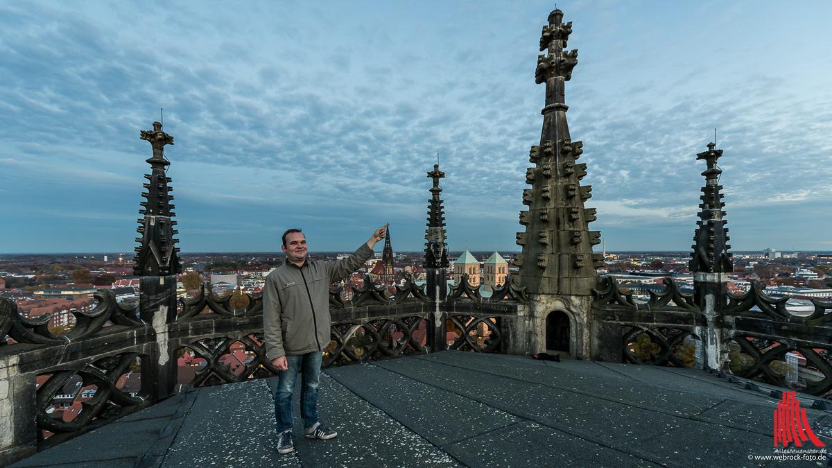 Küster Markus Offer auf dem Turm der Überwasserkirche. Unter seiner Fingerspitze: St. Lamberti. (Foto: wf / Weber)
