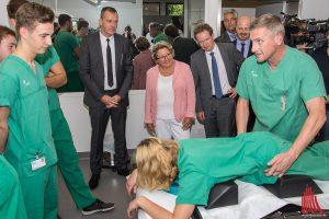 NRW-Wissenschaftsministerin Svenja Schulze ist live bei einem der ersten Simulationstrainings dabei. (Foto: th)