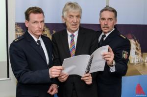 (v.l.:) Andre Weiß (stellv. Chef der Autobahnpolizei), Polizeipräsident Hubert Wimber und Udo Weiss (Direktion Verkehr) stellen den Fallbericht zur Verkehrsunfallentwicklung 2014 vor. (Foto: th)