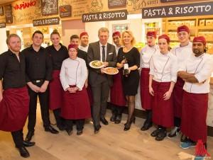 Gastronom Joachim Rehkämper eröffnet mit seiner Ehefrau Diana (Bildmitte) sein zweites Lokal in Münster. (Foto: cabe)