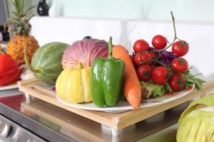 """Obst- und Gemüsevielfalt aus eigener Ernte: Immer mehr Menschen bauen Salat, Zucchini und Co. wieder Zuhause an. Ein Trend, der auch die Balkone und Terrassen der """"Städter"""" erreicht. (Foto: CC0)"""