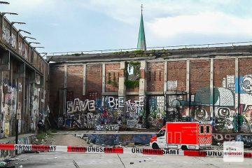an den alten OSMO- Hallen wurde am Samstagabend ein Mann schwer verletzt. Das Ordnungsamt hat die hinteren Bereiche jetzt abgesperrt. (Foto: Ralf Clausen)
